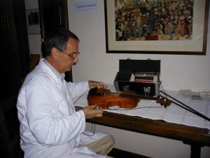 Giovanni Lucchi misura un violino col LucchiMeter