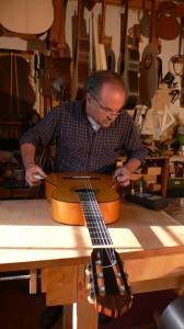 Il Liutaio Coriani usa il LucchiMeter su una chitarra